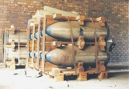Атомные бомбы, изготовленные на секретном объекте недалеко от Претории. Фото с сайта www.nucleaweapon.archive.org