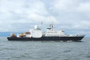 """Океанографическое исследовательское судно """"Янтарь"""" проекта 22010. Водоизмещение полное – 5080 т, длина – 108,1 м, ширина – 17,2 м, скорость – 15 уз., экипаж – 60 чел., экспедиция – 25 человек."""