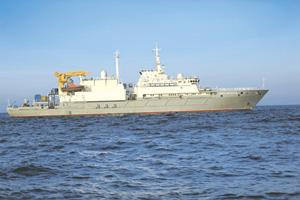 """Спасательное судно """"Игорь Белоусов"""" проекта 21300. Водоизмещение – 5150 т, длина – 107,3 м, ширина – 17,2 м, скорость – 15 уз., автономность – около 30 сут., дальность плавания – 3000 миль, экипаж – 97 человек."""