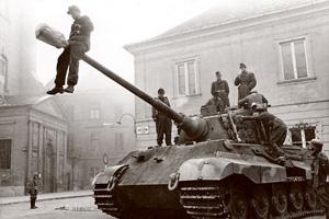 Самый большой танк фашистcкой Германии «Королевский тигр» не устоял перед мастерством советских воинов. Фото из Федерального архива Германии