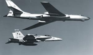 Американский палубный истребитель F/A-18A сопровождает советский Ту-16. 1985 год.  Фото с сайта www.navy.mil