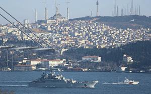 Несмотря на серьезное осложнение отношений между Москвой и Анкарой, российские военные корабли по-прежнему проходят Босфор беспрепятственно.  Фото Reuters