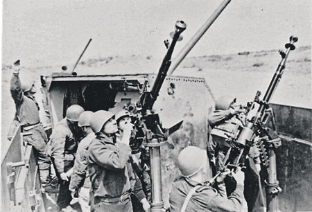 """Зенитчики бронепоезда """"Железняков"""" у 12,7-мм крупнокалиберных пулеметов ДШК. Фото 1942 года"""