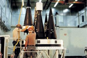 Американские термоядерные боеголовки W87 предназначены для установки на межконтинентальные баллистические ракеты «Минитмен-3». Фото из книги Чака Хэнсена «Мечи Армагеддона: история разработки ядерного оружия в США после 1945 года». 1995 год