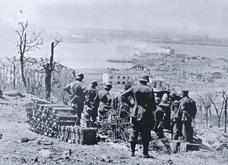 Расчет немецкой гаубицы беспрепятственно обстреливал Севастополь с близлежащей высоты. Фото 1942 года