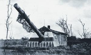 """Закамуфлированное под коттедж 305-мм орудие береговой батареи """"Мирус"""" на острове Гернси. Фото 1940-х годов"""