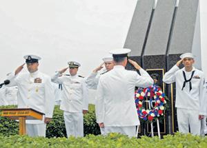 Мемориал погибшим в йеменском порту 17 американским морякам, установленный на военно-морской базе США Норфолк. Фото с сайта www.navy.mil