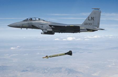 Самолеты F-15E способны нести не только обычное, но и тактическое ядерное оружие.Фото с сайта www.dodmedia.osd.mil