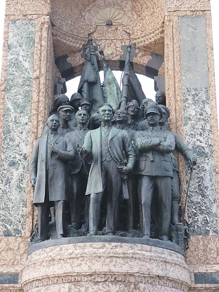Справа от генерала Ататюрка видна знакомая нам фигура маршала Ворошилова, а за ним – разведчика Семена Авралова. Фото Дерзи Элекс Андора