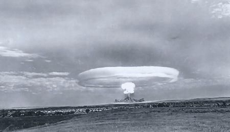 Атомный взрыв на Тоцком полигоне не идет ни в какое сравнение с разрушительными возможностями современных ядерных боезарядов. Фото 1954 года