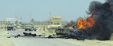 Горящие танки поверженной иракской армии мешают движению американских колонн. Фото Reuters
