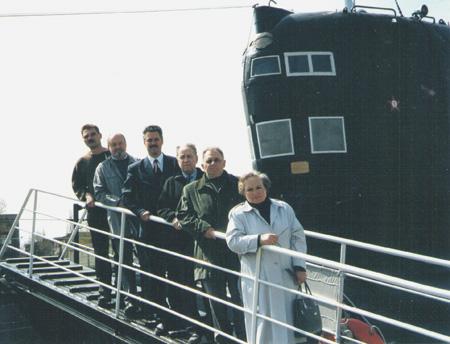 Ирина Журавина, вдова старпома К-129, в гостях у калининградских подводников на трапе Б-413 Музея Мирового океана. Фото предоставлено автором