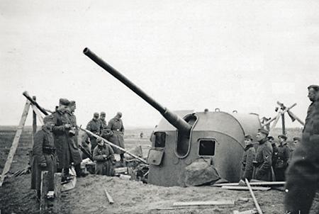 Немецкие солдаты у захваченной 130-мм береговой установки Б-13. Фото 1942 года