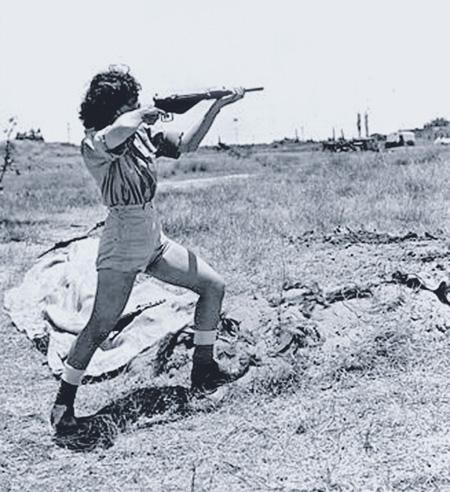 Офицер из Женского корпуса обучает подчиненных стрельбе из пистолета-пулемета «Стен» на полигоне под Тель-Авивом. Июнь 1948 года. Фото из собрания Музея Хаганы