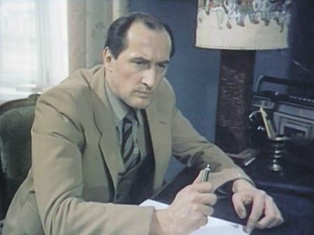 Авторучку с ядом «Трианон» получил из рук Олдрича Эймса. Кадр из фильма «ТАСС уполномочен заявить...». 1984 год