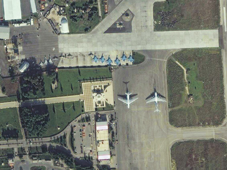 Спутниковые снимки свидетельствуют о плотном размещении авиапарка базы ВКС Хмеймим на стоянке под открытым небом.Фото с сайта www.syria.live.map.com