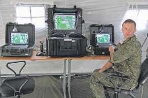 Старший лейтенант Александр Забашта развернул центр управления полетами БЛА в обычной палатке. Фото Виктора Литовкина