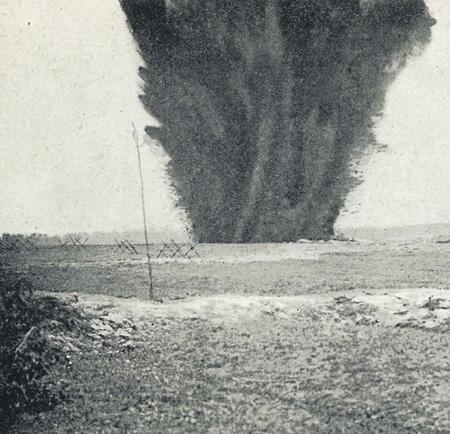 Взрыв горна. Обычно затем следовала атака с целью прорвать оборону противника. Фото из книги «Картины войны», 1917