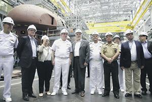 Министр обороны Бразилии Жак Вагнер и командующий ВМС адмирал Эдуардо Феррейра (пятый и четвертый слева) во время посещения 24 февраля 2015 года судостроительного завода, на котором в перспективе будет строиться первая атомная подлодка для бразильского флота. Фото с сайта www.defesa.gov.br