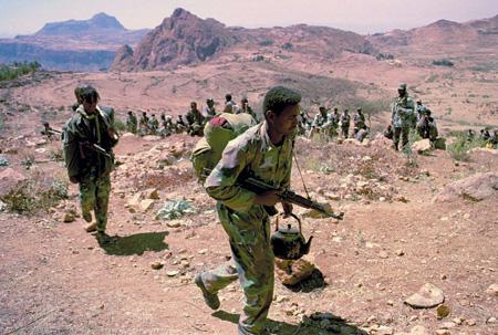 Эритрейские солдаты покидают линию соприкосновения с эфиопскими войсками после того, как было принято решение сформировать здесь 25-километровую буферную зону. Февраль 2001 года. Фото Reuters