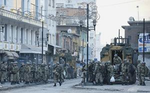 Турецкие военные заполонили сейчас города и поселки, в которых преобладает курдское население, на территории своей страны и ведут там полномасштабные боевые действия. Но все чаще они появляются и в районах проживания курдов в соседних странах. Фото Reuters