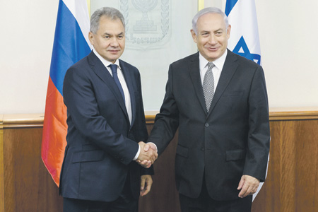 Министр обороны РФ Сергей Шойгу (слева) на встрече с премьер-министром Израиля Биньямином Нетаньяху. Фото с официального сайта Министерства обороны РФ
