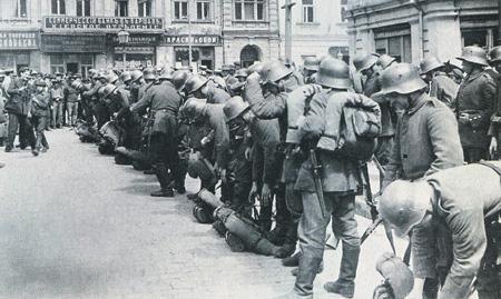 Воспользовавшись слабостью России, германские войска под командованием генерала Эйхгорна быстро заняли Киев. Фото 1918 года