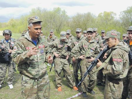 Генератор «Союза-2016» Олег Баканач (на переднем плане слева) дает участникам сбора мастер-класс по владению стрелковым оружием. Фото автора