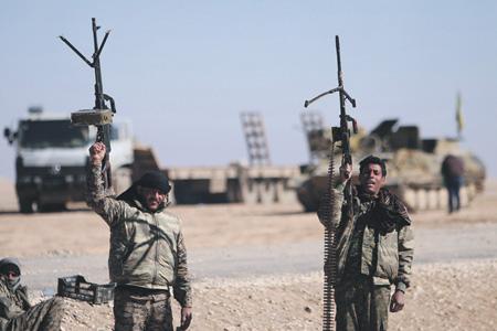 Бойцы Сирийских демократических сил чувствуют себя уверенно под прикрытием США. Фото Reuters