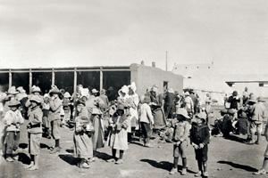 Вот так обращалась демократичная британская администрация с бурами – всех сгоняли в концлагеря. Фото 1901 года