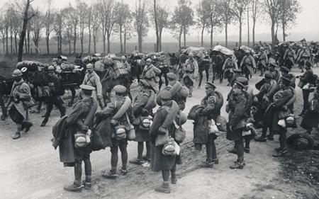 Британские и французские солдаты направляются на передовую. Фото с сайта www.nls.uk