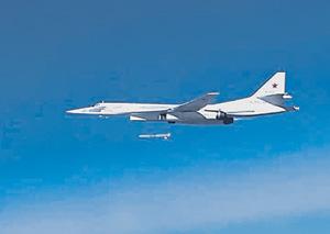 Пуск крылатой ракеты с борта стратегического бомбардировщика Ту-160.  Фото с официального сайта Министерства обороны РФ