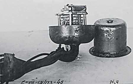 Разновидность прибора Ф-10 для многократного взрыва. Позволяет одной командой взрывать 12 фугасов. Фото публикуется впервые.