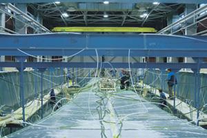 Формирование корпуса пассажирского катамарана методом вакуумной инфузии.Фотографии предоставлены АО «СНСЗ»