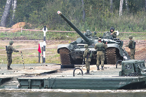 На полигоне Алабино посетителям показали, как бронетехнику в войсках переправляют через водные преграды. Фото с официального сайта Министерства обороны РФ