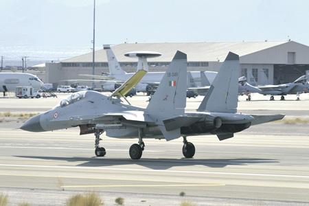 Су-30МКИ на рулежке. На заднем плане – самолеты E-3 AWACS, F/A-18 и F-15.Фотографии Кацухико Токунага