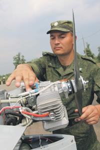 Майор Алексей Астафьев проверяет работу БЛА перед его запуском.