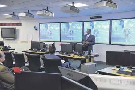 Глава военной разведки США генерал-лейтенант Винсент Стюарт постоянно говорит об угрозах нового типа. Фото с сайта www.dia.mil