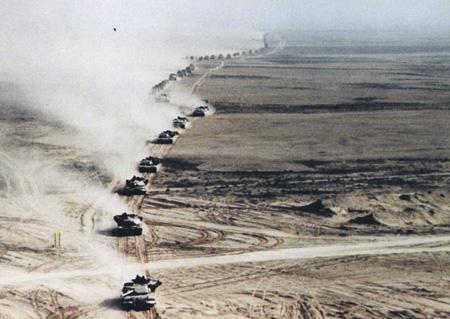 В 1991 году американский танковый кулак был брошен в обход иракских позиций с севера, сухопутная операция длилась 4 дня. Фото с сайта www.af.mil