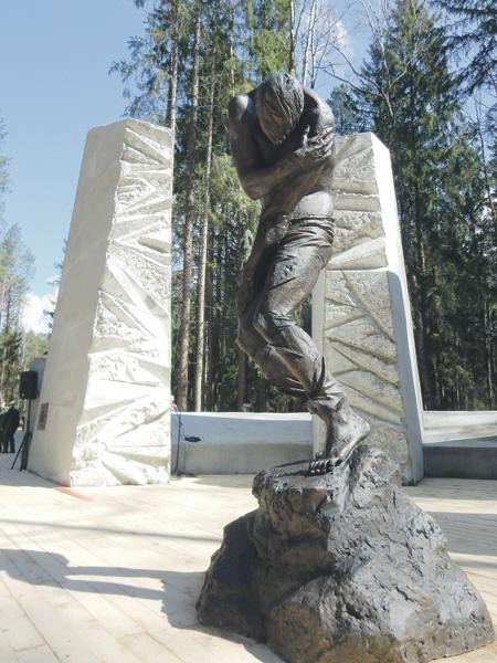 Памятник «Расстрел» показывает человека в момент мгновенного угасания жизни, на первой полсекунде падения в яму. Фото Игоря Плугатарева