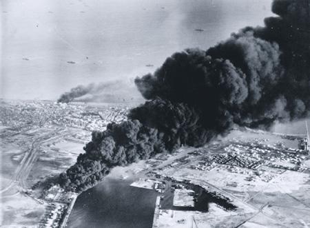 После огневой подготовки британские десантники захватили горящий Порт-Саид. Фото с сайта www.iwm.org.uk