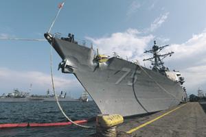 """Американский эсминец УРО """"Дональд Кук"""" и другие боевые корабли НАТО в румынской Констанце """"поддерживают союзников"""". Фото Reuters"""