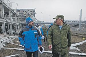 Сотрудники ОБСЕ и командования ВС Новороссии искренне стараются найти общий язык. Фото РИА Новости