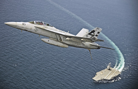 """F/A-18F """"Супер Хорнет"""" из состава 23-й испытательной эскадрильи, пилотируемый лейтенант-коммандером Д. Страком, совершает первый взлет с палубы авианосца """"Джеральд Р. Форд"""" с использованием электромагнитной катапульты. Фото со страницы ВМС США в Flickr"""