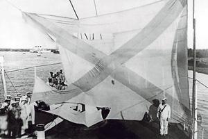Кормовой флаг крейсера «Аврора» после Цусимского сражения – свидетельство доблести и славы русских моряков. Фото 1905 года