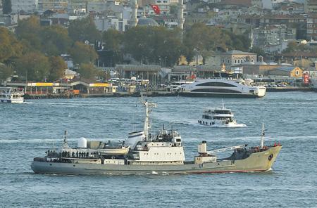 """Средний разведывательный корабль """"Лиман"""" форсирует Босфор. Фото Reuters"""