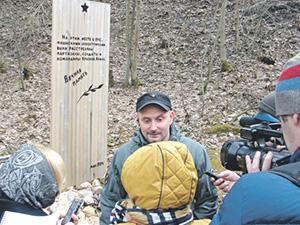 Руководитель одного из поисковых объединений Сергей Мачинский рассказал о том, чьи останки покоятся в недавно устроенном захоронении. Фото автора